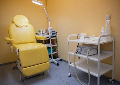 Behandlungsstuhl in der Hautarztpraxis in Straubing